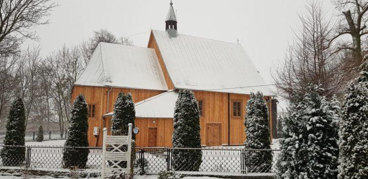 Paczki dla seniorów w parafii w Węgrzynowie